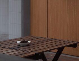 La construction d'une table en bois